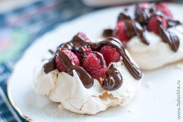 Меренги с малиной и горьким шоколадом готовы!