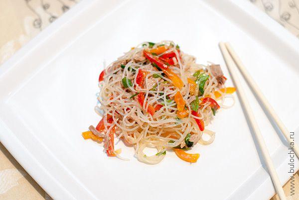 Салат с фунчозой и говядиной по-китайски готов