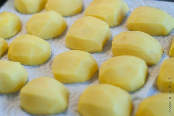 Чистим картофель, моем, режем, выкладываем на бумажное полотенце
