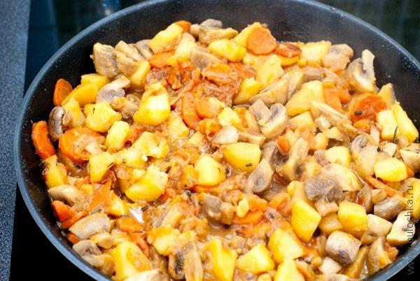 Рагу из овощей с грибами почти готово
