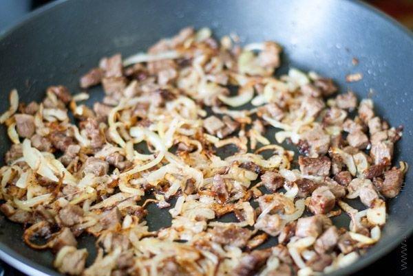 Мясо обжарить с луком до золотистого цвета