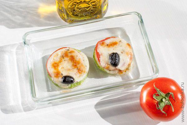 Порция кабачков с помидорами и сыром на обед