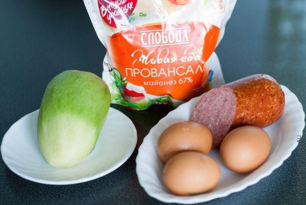 Ингредиенты на салат с редькой и колбасой