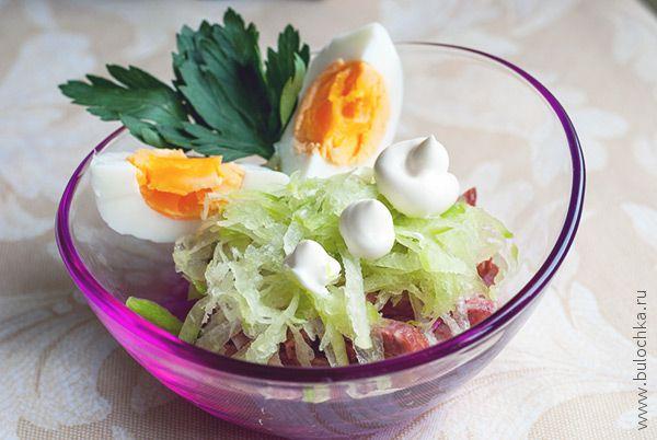 Салат с редькой и колбасой готов!