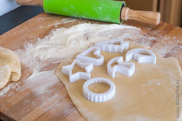 С помощью форм вырезаем молочные коржики