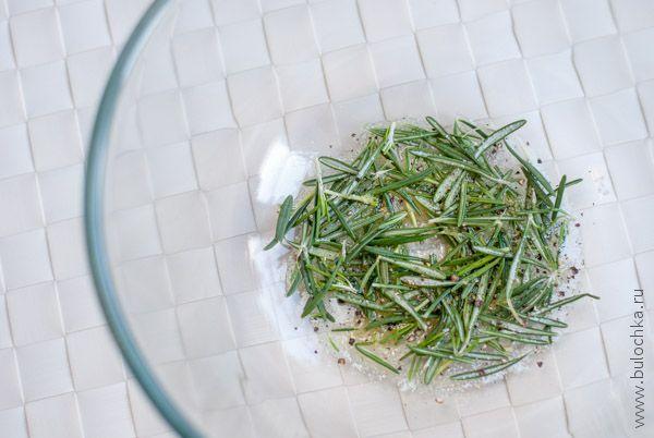 Делаем смесь из пряных трав, соли, перца и оливкового масла