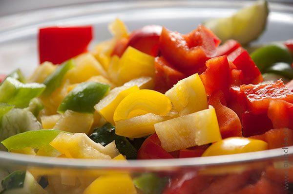 Добавляем в чашку с листьями салата и огурцами