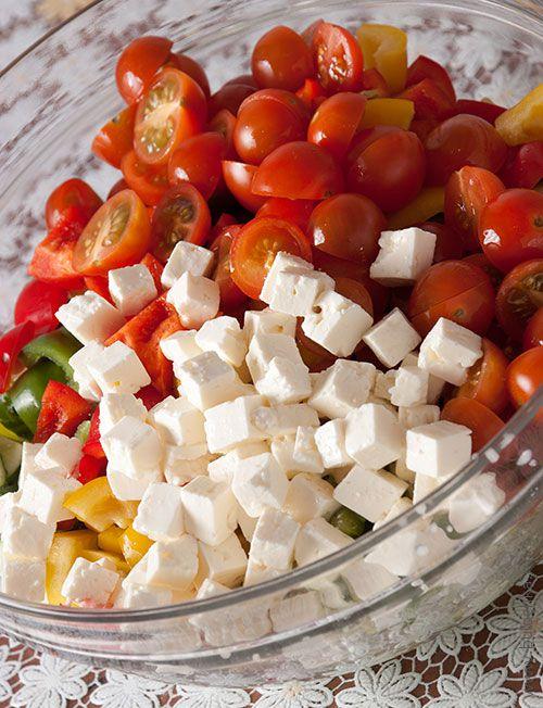 Добавляем мягкий солёный сыр, нарезанный кубиками