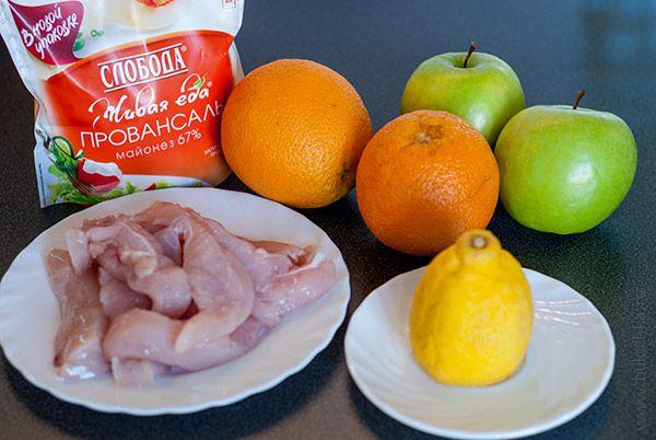 Ингредиенты салата с куриной грудкой, апельсинами и яблоками