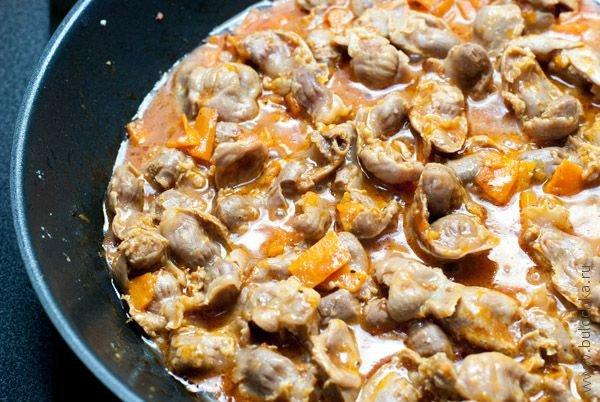 Тушеные куриные желудки в сковородке