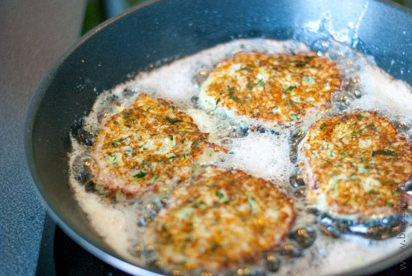 Обжариваем оладьи из кабачков с сыром на сковороде