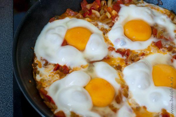 Яичница с овощами готова