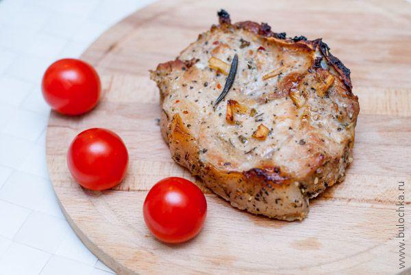 Свиная корейка на кости, запеченная в духовке, готова!