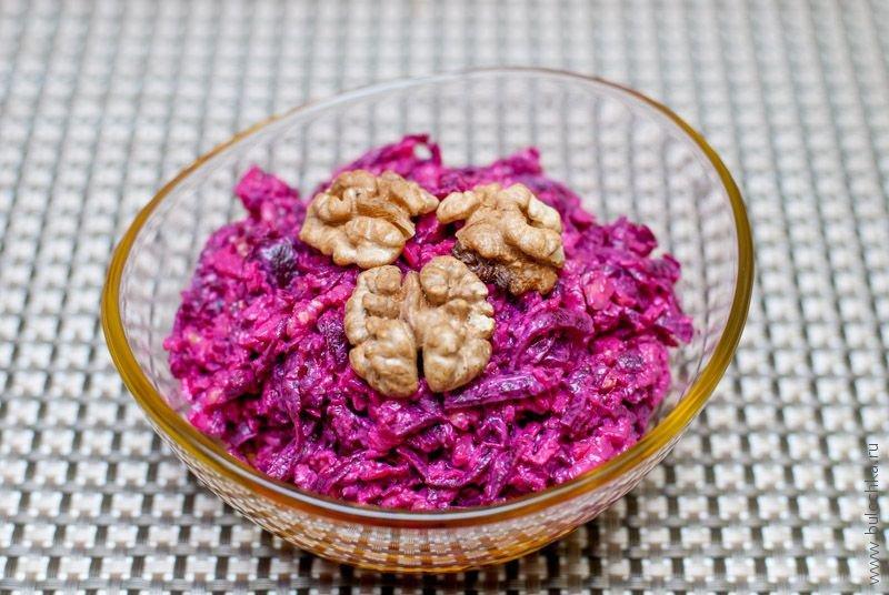 Салат сосвеклой, сыром игрецким орехом
