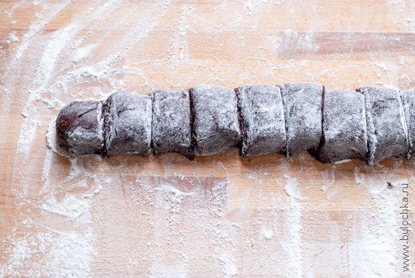 Разделим тесто для шоколадного печенья с орехами на части