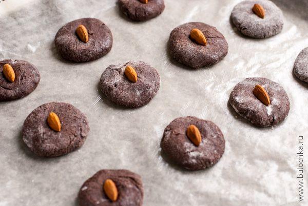 Закрепляем орех на верхушке каждого печенья