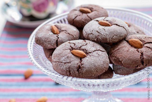 Шоколадное печенье с орехами готово!