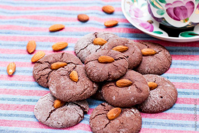 Шоколадное печенье сорехами
