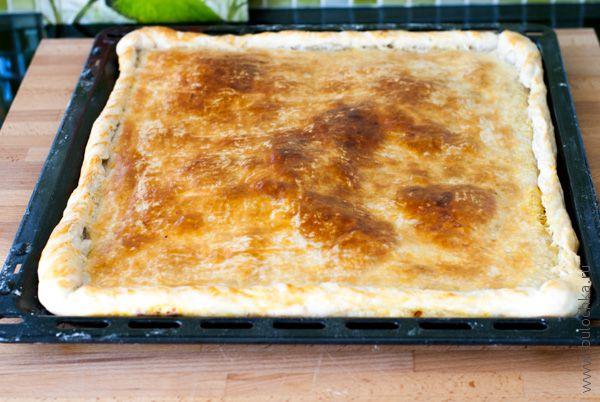 Пирог с курицей из слоеного теста готов!