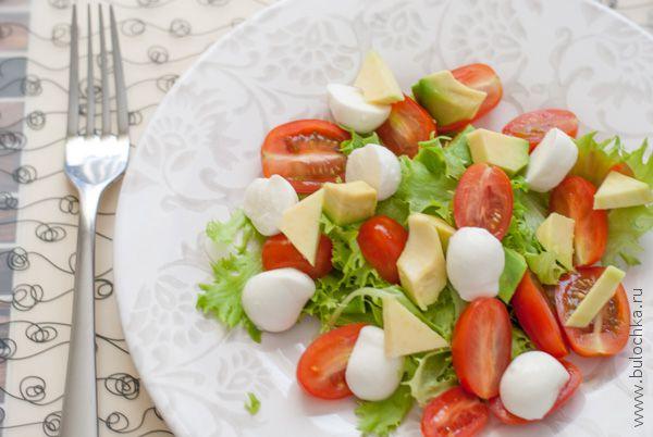 Салат с авокадо, черри и моцареллой готов