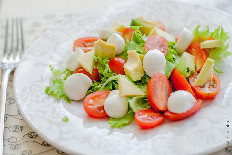 Салат с шариками моцареллы