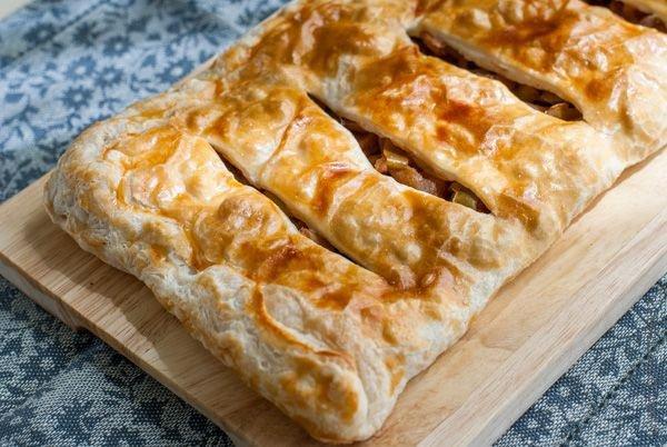Пирог с яблоками из слоеного теста а-ля яблочный штрудель готов!