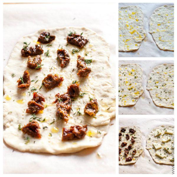 Поливаем лепешки фокаччи маслом, посыпаем тимьяном, выкладываем вяленые томаты и сыр