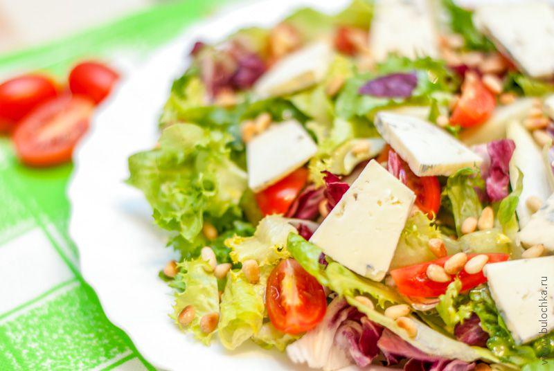 Салат-микс с кедровыми орешками и сыром Дорблю
