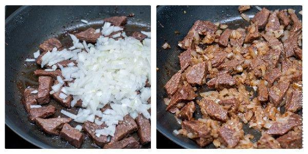 Обжариваем мясо с луком