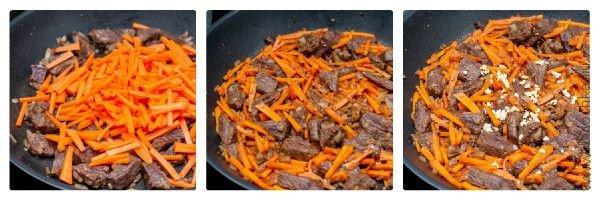 Добавляем морковь и чеснок, обжариваем