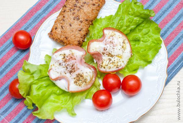 Сервируем яичницу с ветчиной и подаём к завтраку