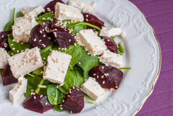 Салат со свёклой, шпинатом и козьим сыром готов!