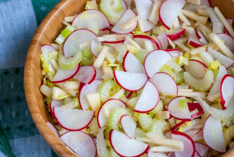 Салат из редиски, сельдерея и яблока