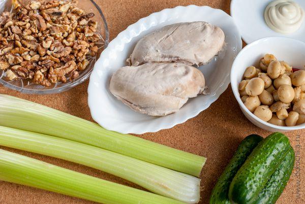 Ингредиенты салата с курицей и сельдереем