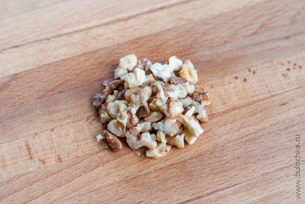 Грецкие орешки поджариваем и мелко рубим