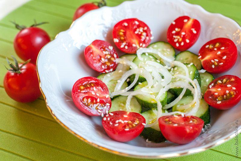 Салат из помидор и огурцов с медовой заправкой готов!