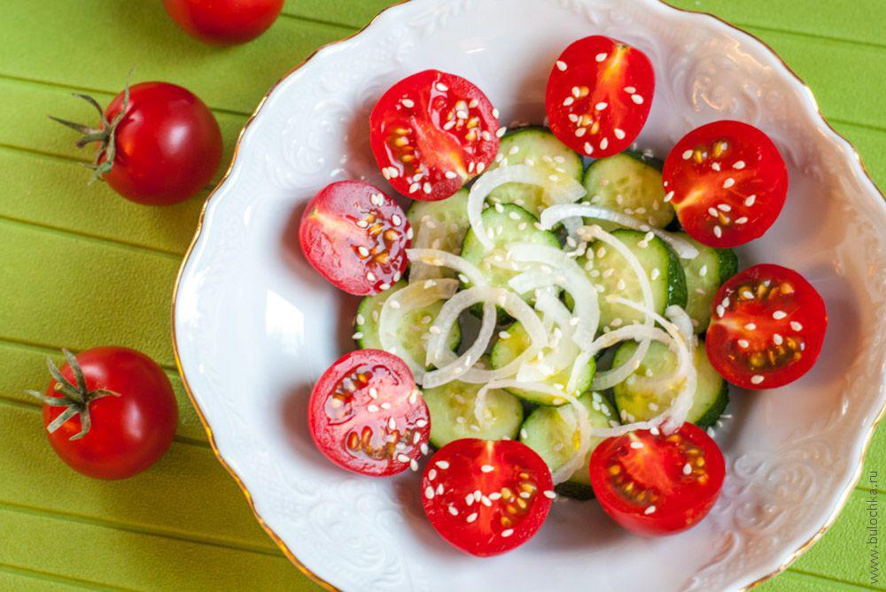 Салат изпомидоров иогурцов смедовой заправкой