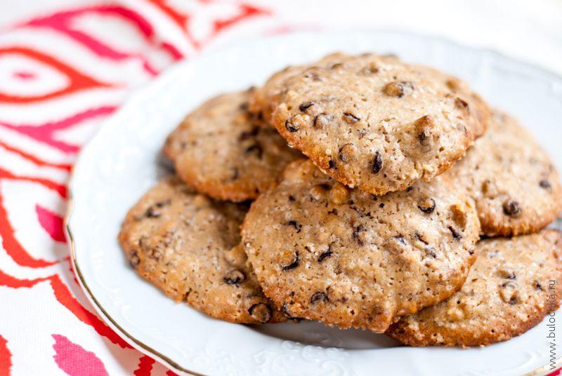 Печенье с шоколадом, орехами и морской солью