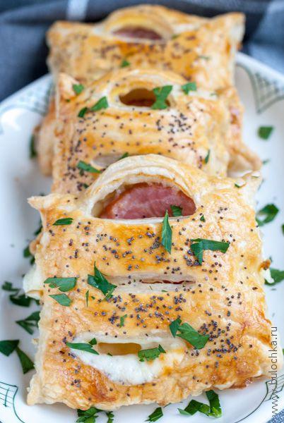 Готовые слойки с сыром и ветчиной!