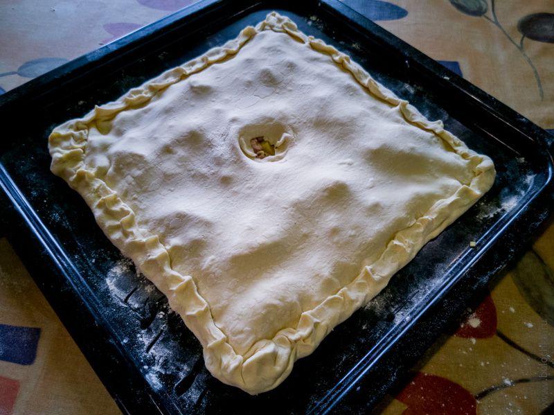 Защипываем края пирога и делаем небольшое отверстие посередине