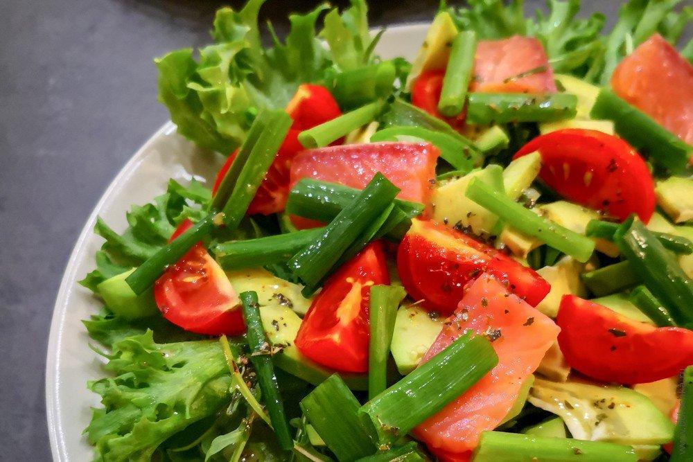 Салат савокадо, сёмгой ипомидорами