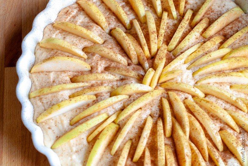 Посыпаем пирог корицей и отправляем в духовку