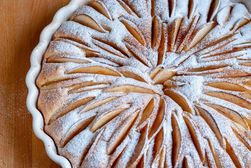 Даём яблочному пирогу остыть, посыпаем сахарной пудрой