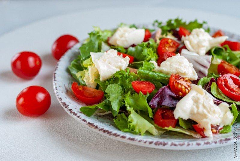 Салат с помидорами черри и бурратой