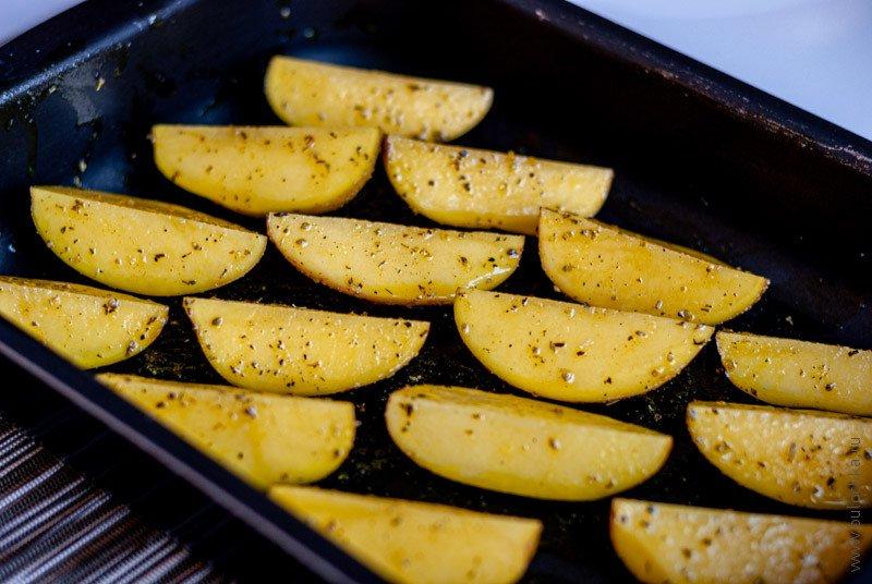 Четвертинки картофеля в форме для запекания