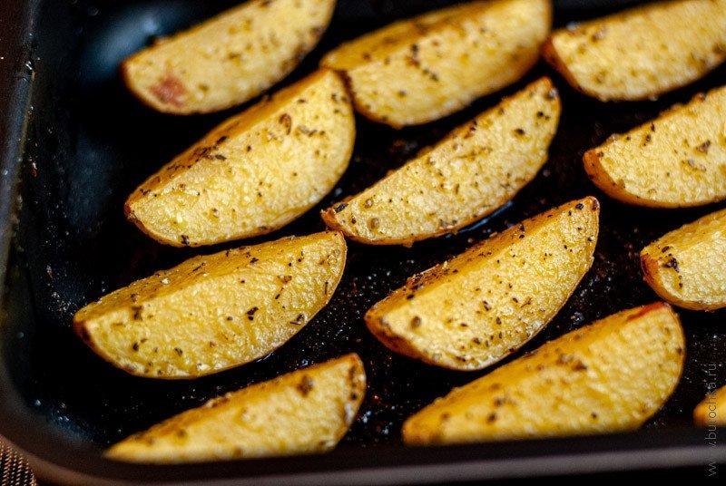 Четвертинки картофеля, запечённые в духовке