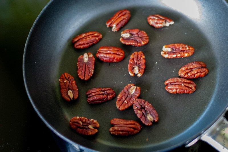 Поджариваем орехи 3-4 минуты