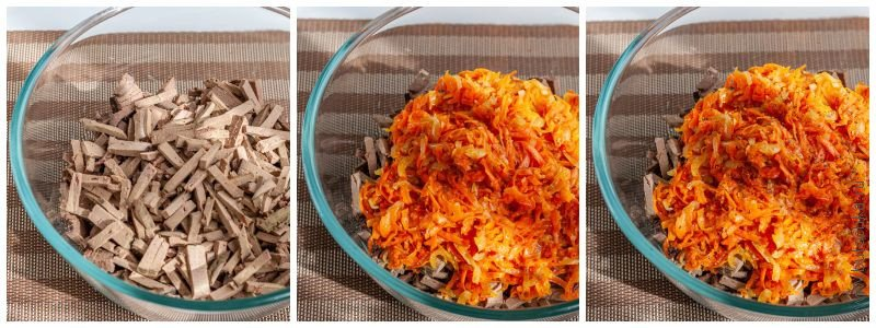 К печени добавляем зажаренную морковь, солим, перчим