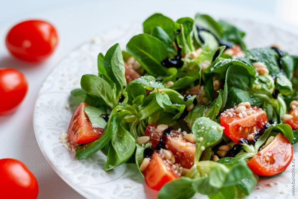 Салат скорном, кедровыми орешками иПармезаном