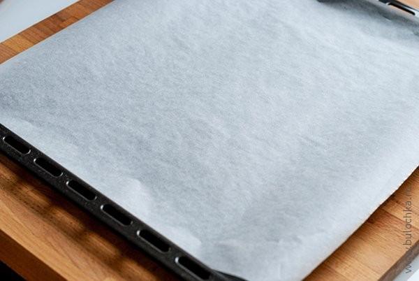Вырезаем лист бумаги для выпечки, чтобы покрыть поверхность противня